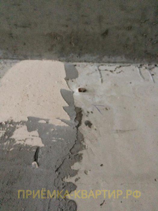 Приёмка квартиры в ЖК Чистый Ручей: Выход арматуры на поверхность бетона и деформационные трещины