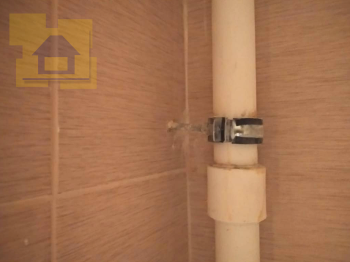 Приёмка квартиры в ЖК Краски Лета: Хомуты не затянуты