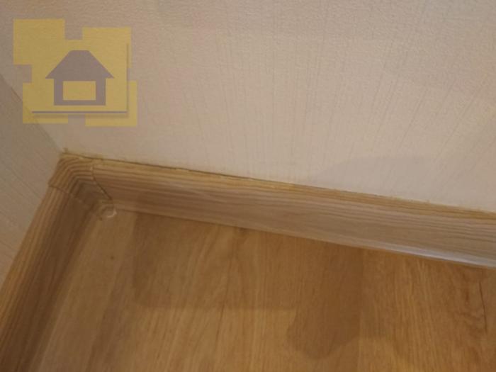 Приёмка квартиры в ЖК Краски Лета: Плинтус не закреплен, щели замазаны герметиком