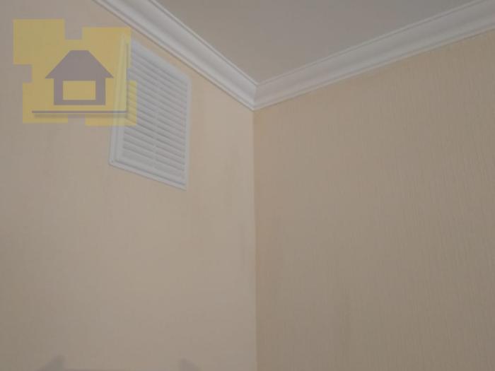 Приёмка квартиры в ЖК Краски Лета: Пятна на обоях
