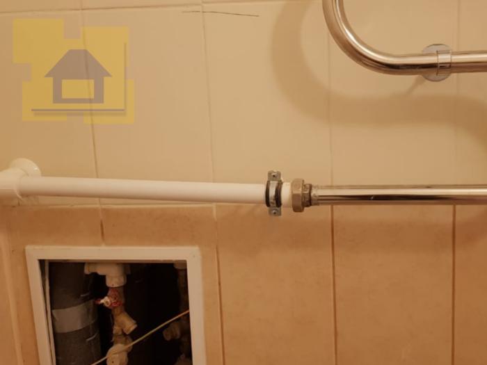 Приёмка квартиры в ЖК Светлановский: Полотенцесушитель прикреплён вдали от выхода труб ГВС