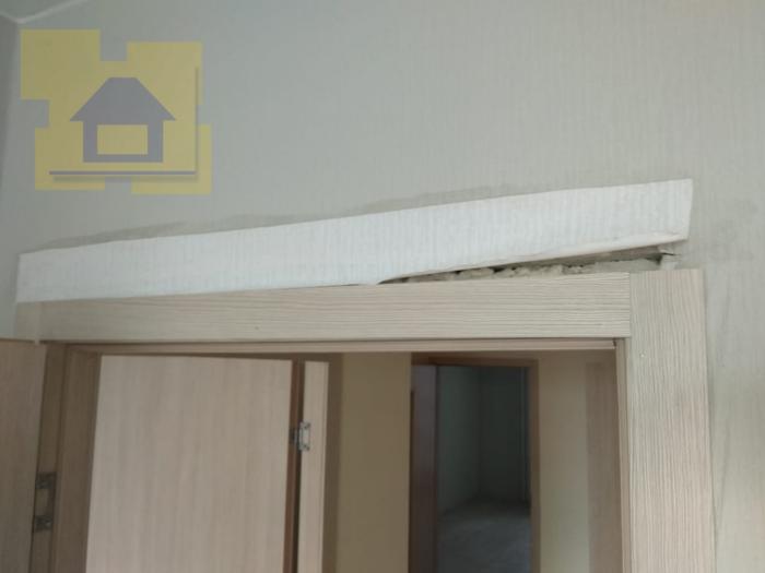 Приёмка квартиры в ЖК Я-Романтик: Наличник не перекрывает монтажный шов на 4- 6 см, спрятано за куском обоев