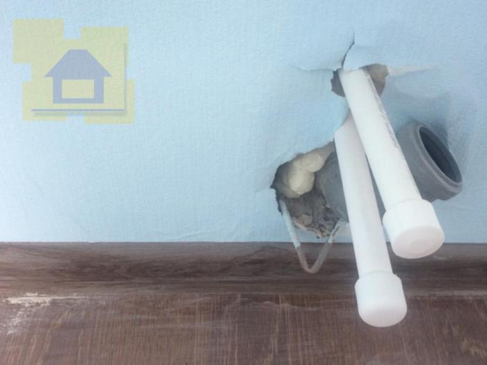Приёмка квартиры в ЖК Я-Романтик: Дыра в стене возле выводов труб, отсутствует заглушка канализации