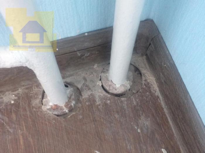 Приёмка квартиры в ЖК Я-Романтик: Отсутствует полимерное заполнение между ламинатом и трубами отопления