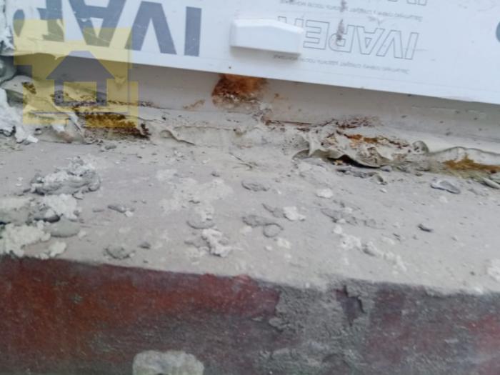 Приёмка квартиры в ЖК Правый Берег 3: Частично отсутствует пароизоляция на примыкании балконного блока и порога со стороны балкона