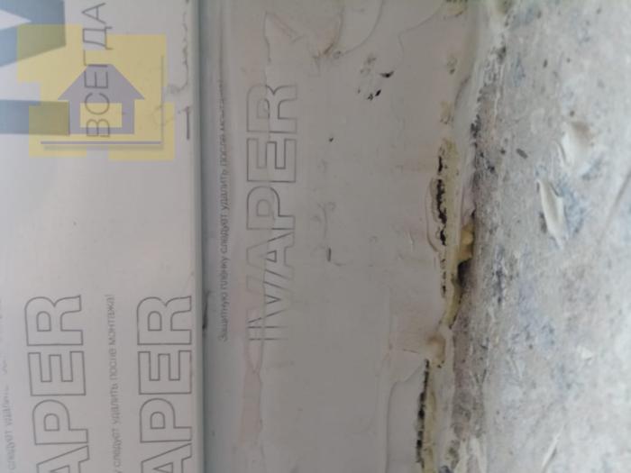 Приёмка квартиры в ЖК Правый Берег 3: Трещины в пароизоляции в примыкании рамы окна и откосов