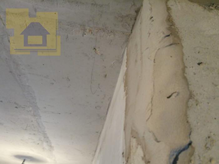 Приёмка квартиры в ЖК Правый Берег 3: Скол ребра бетона, местная неровность более 10 мм