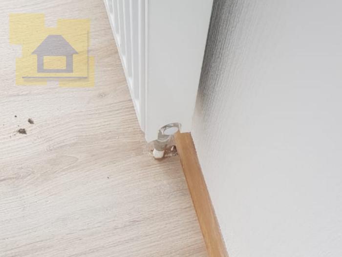 Приёмка квартиры в ЖК Весна 3: Примыкания труб отопления и ламината не зачеканенны