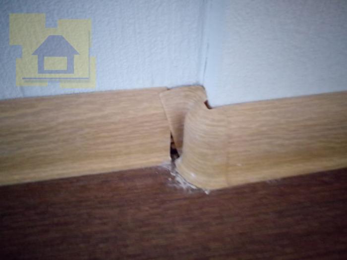 Приёмка квартиры в ЖК Я-Романтик: Плинтус на кухне подрезан коротко (щели)