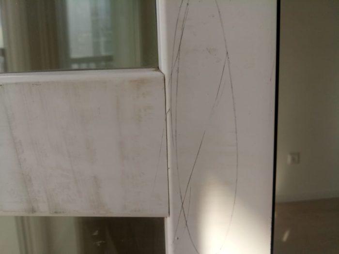 Приёмка квартиры в ЖК Калейдоскоп: Профиль балконной двери поцарапан