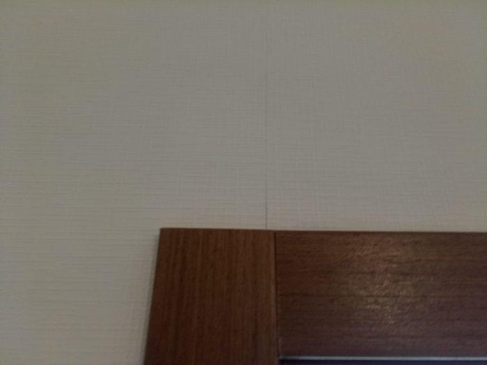 Приёмка квартиры в ЖК Калейдоскоп: Стыки обоев не проклеены, щель