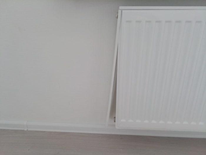 Приёмка квартиры в ЖК Калейдоскоп: Левая панель на радиаторе не закреплена