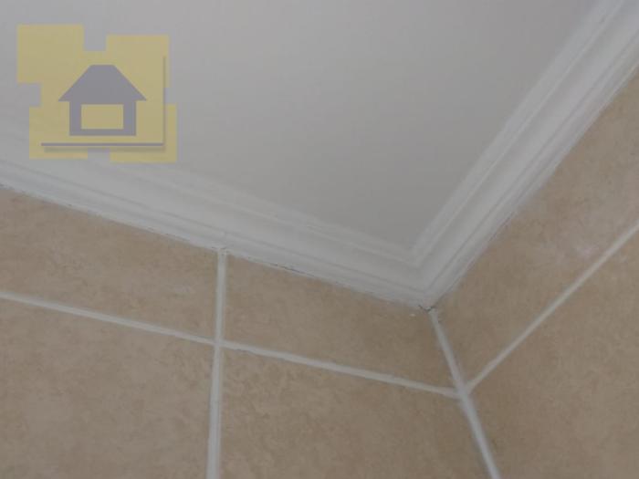 Приёмка квартиры в ЖК Калейдоскоп: Потолочная галтель неравномерно окрашена, щели на примыканиях