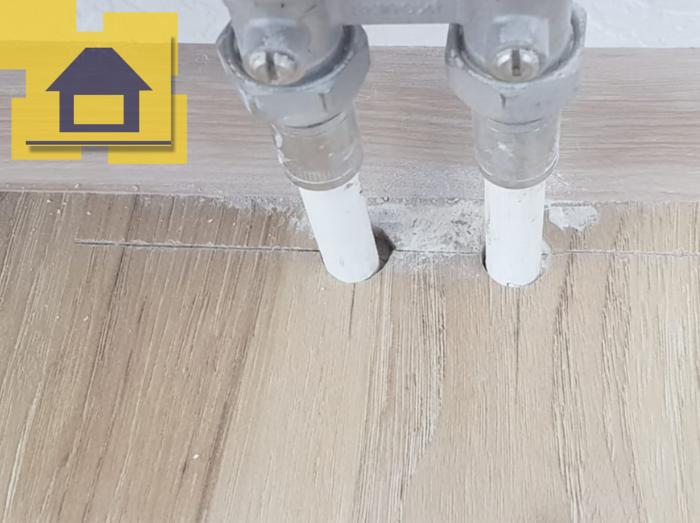Приёмка квартиры в ЖК : Не загерметизированные отверстия на примыкание ламината к трубам отопления
