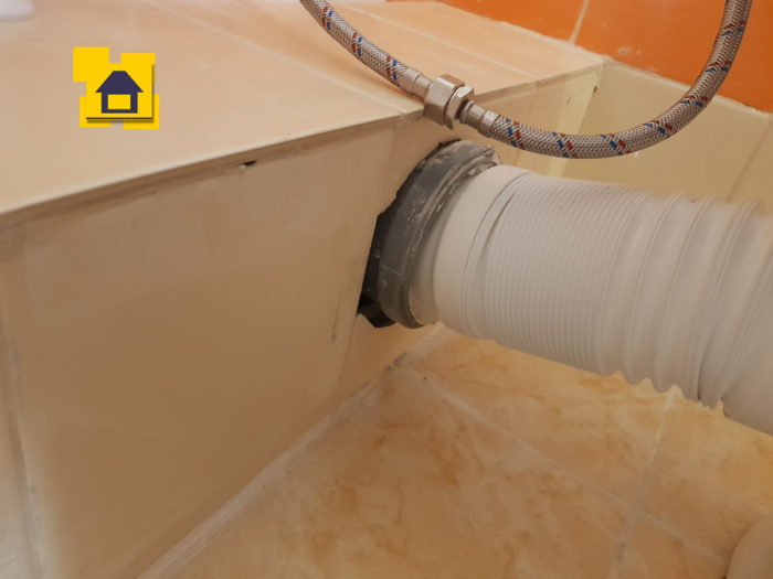 Приёмка квартиры в ЖК : Не загерметизировано примыкание фанавой трубы к плитке